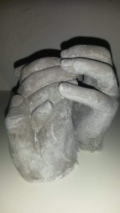 Betonhænder af vores 3 børn, som jeg lavede til min mand i anledning af vores kobberbryllup ❤